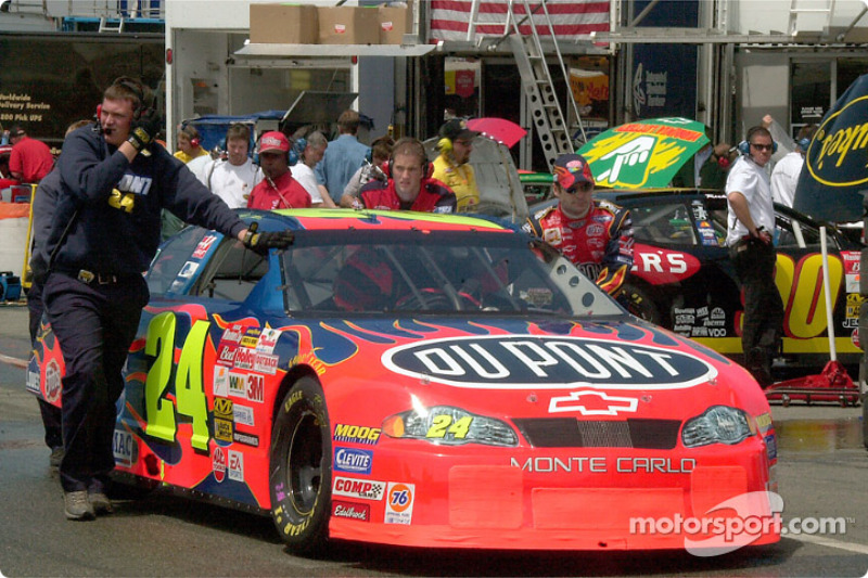 Jeff Gordon empujando su auto de regreso al garage