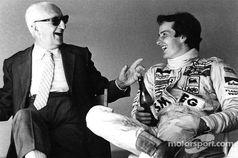 Enzo Ferrari y su hijo espiritual Gilles Villeneuve compartiendo una botella de Lambrusco después de una sesión de pruebas