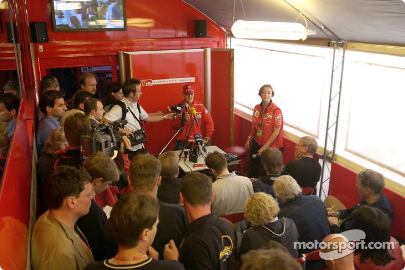 Conferencia de prensa anunciando el contrato 2003-2004 con Barrichello: Michael Schumacher