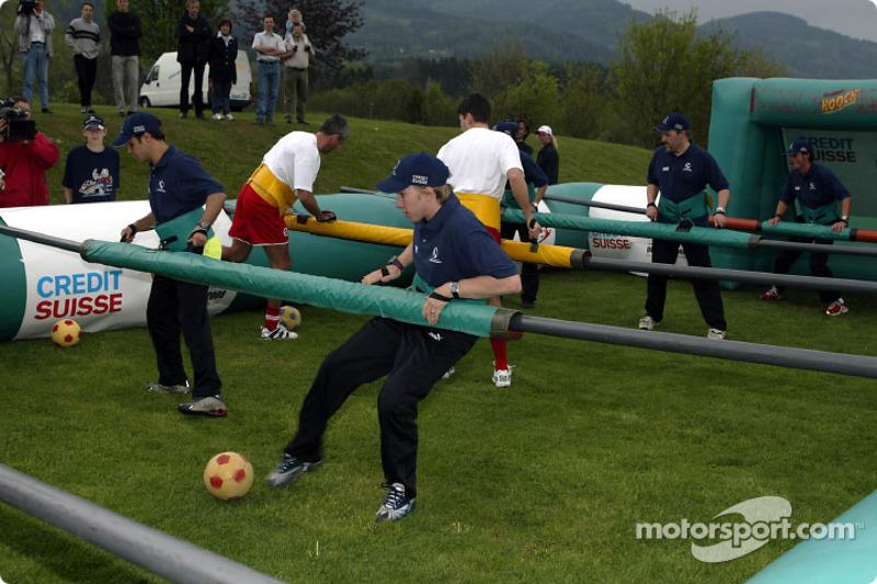 El Equipo Sauber se reune con futbolistas austriacos y suecos para un muy especial juego de futbol: