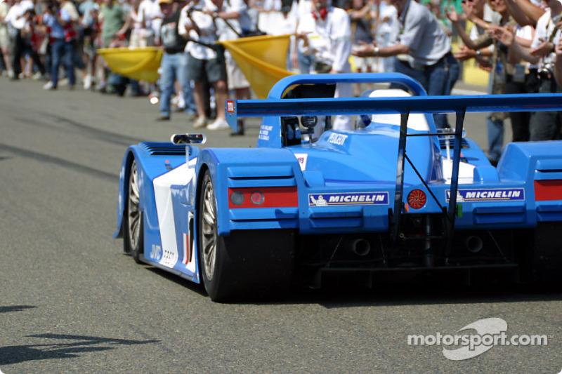 El auto 'Vaillante' en la meta, con la cámara cinematográfica aún filmando para la nueva película de 'Michel Vaillant'