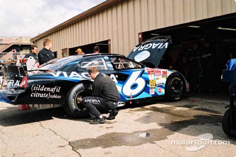 El equipo de pits de Mark Martin preparándose para la carrera