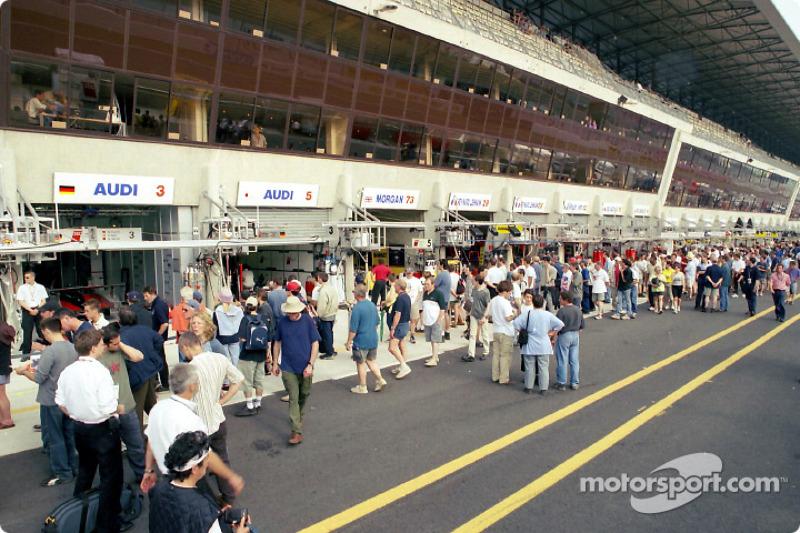 Zona de pits antes de la sesión de clasificación del jueves