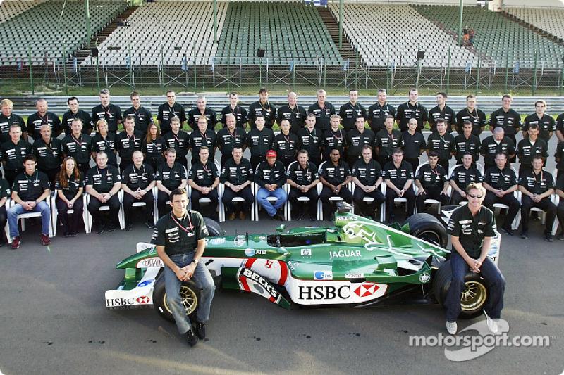 Family picture with Pedro de la Rosa, Eddie Irvine and Team Jaguar