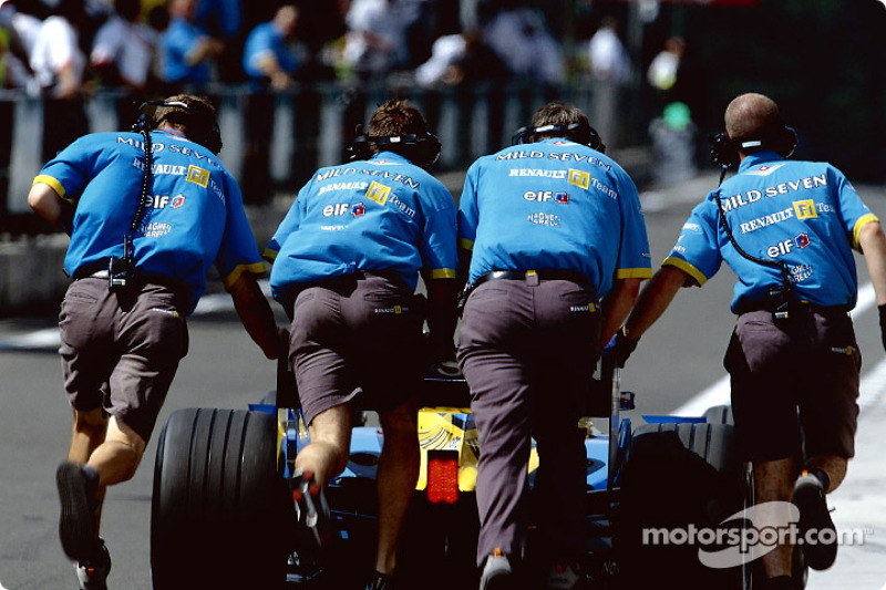 Renault crew member in the morning warmup