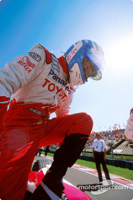 Mika Salo on the starting grid