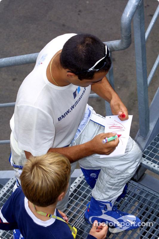 Juan Pablo Montoya firmando autógrafos