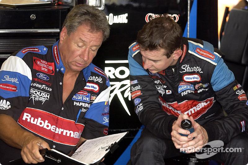 Jimmy Fennig y Kurt Busch revisando las notas de la puesta a punto