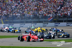 Primera curva: Michael Schumacher lidera al grupo