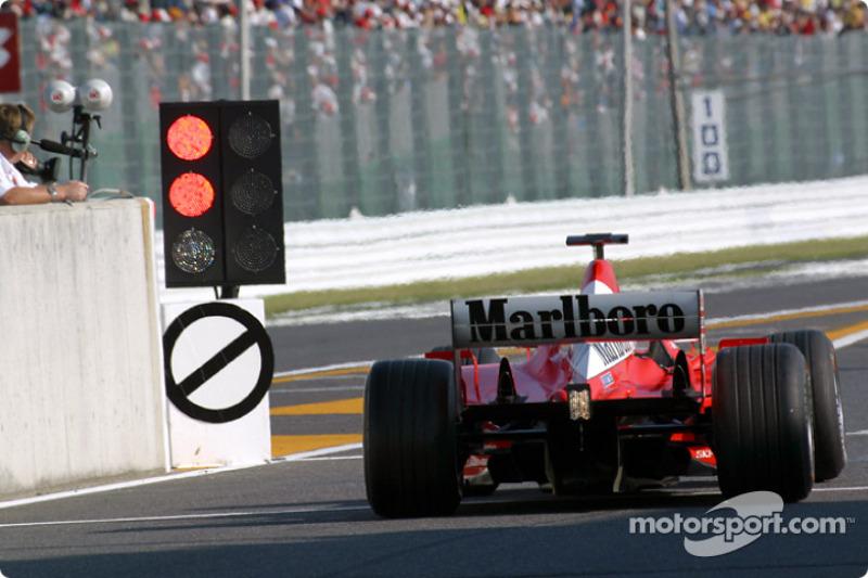 Rubens Barrichello a la salida de los pits