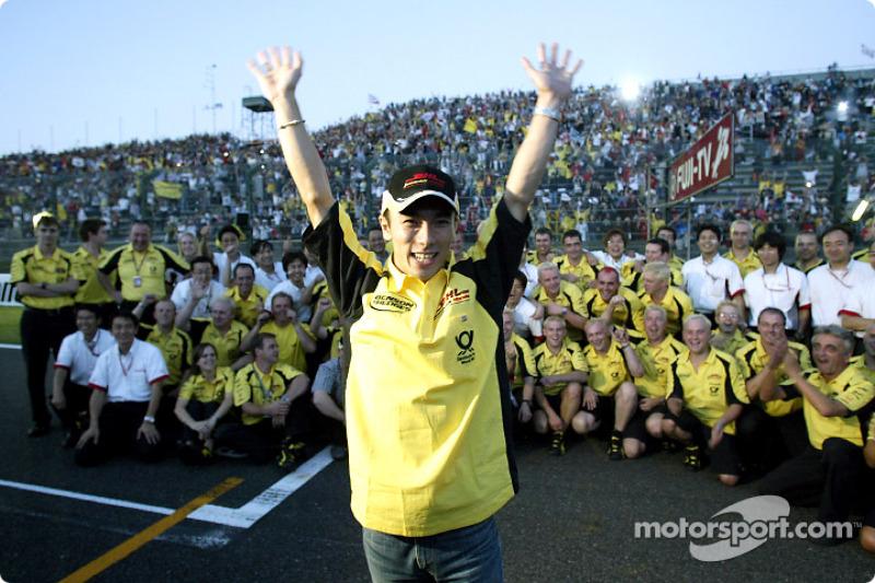 Takuma Sato celebra sus primeros puntos en la Fórmula 1 con miembros de Jordan y Honda