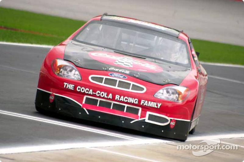 La promoción familiar de Coca-Cola Racing: Kurt Busch sale del pit con un fanático