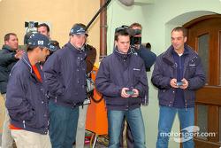Los pilotos de BMW, Ralf Schumacher, Juan Pablo Montoya, Dirk Muller y Jorg Muller se divierten en carreras de autos a control remoto