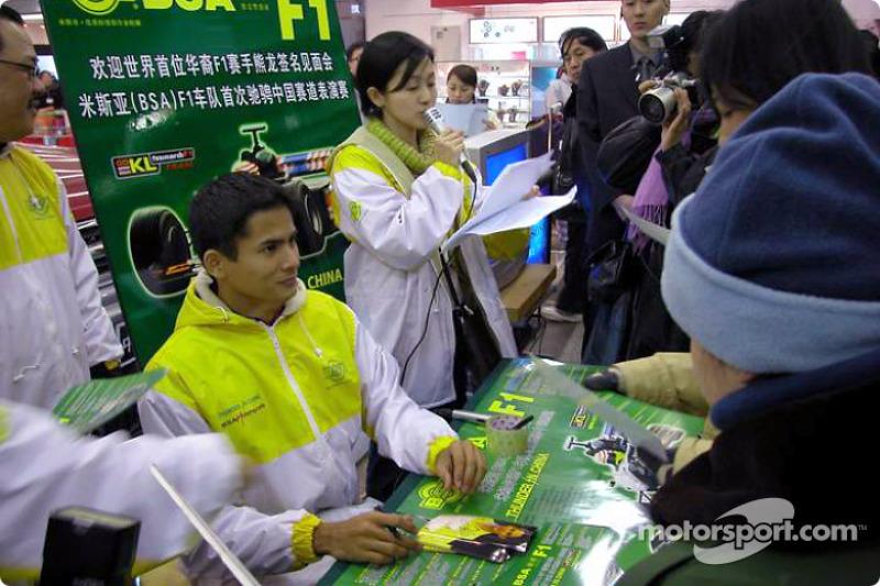 Alex Yoong signs autographs
