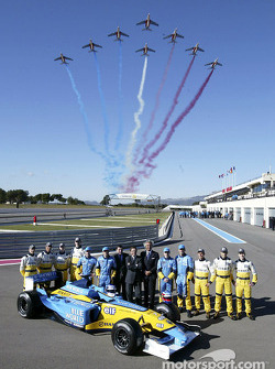 Jarno Trulli, Fernando Alonso, Allan McNish, Franck Montagny, Flavio Briatore, Patrick Faure and a French air force flyover