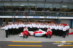 Family picture: Olivier Panis and Cristiano da Matta with Team Toyota