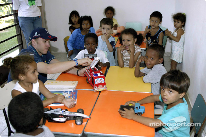 Team Sauber visits the children of the Casa de Menor: Nick Heidfeld