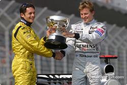 Giancarlo Fisichella, Jordan, reçoit le trophée de vainqueur du Grand Prix du Brésil des mains de Kimi Raikkonen, McLaren