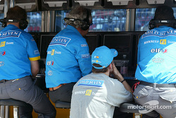 Fernando Alonso watches the rest of the qualifying session at the pitwall