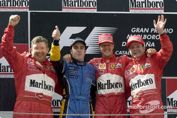 El podio: ganador de la carrera de Michael Schumacher con Ross Brawn, Fernando Alonso y el brasileño Rubens Barrichello