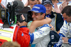 Juan Pablo Montoya celebra la victoria con su esposa