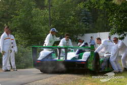 #17 Pescarolo Sport Courage C60-Peugeot: Jean-Christophe Boullion, Franck Lagorce, Stephane Sarrazin in trouble: course marshalls come to the rescue