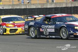 la Corvette-Chevrolet C5 n°53 (Corvette Racing Gary Pratt) pilotée par Ron Fellows, Johnny O'Connell, Franck Freon, et la Ferrari 360 Modena n°70 (JMB Racing) pilotée par David Terrien, Fabrizio de Simone, Fabio Babini