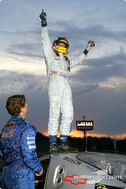 Terry Borcheller saute au dessus de la Chevy Doran JE4 n°54 de l'équipe Bell Motorsports pour célébrer la seconde victoire de la saison