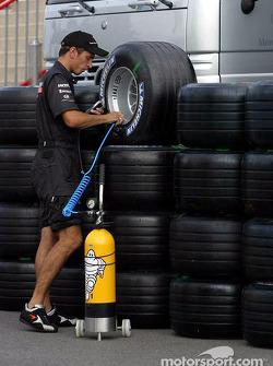 McLaren team member works on wheels