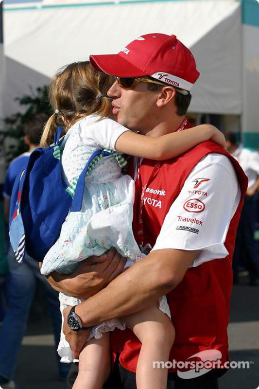 Olivier Panis arrive sur le circuit avec sa fille
