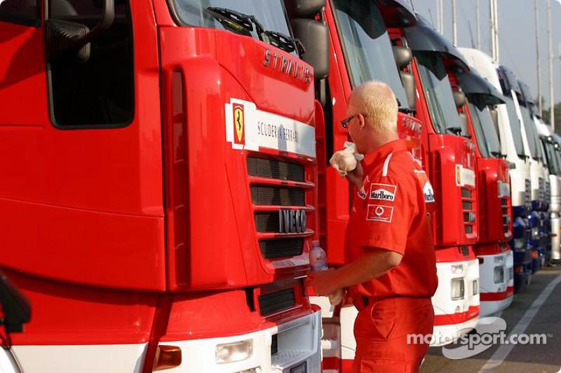 Miembro del equipo de Ferrari lava los trailers