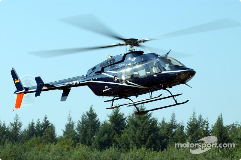 Dr. Helmut Panke (Presidente de la Junta Directiva de BMW Group) y Dr Burkard Goeschel (miembro del Consejo de desarrollo de BMW Group) llegan desde Munich por helicóptero