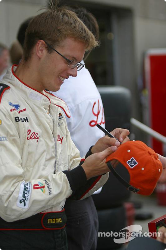 Sébastien Bourdais signe des autographes