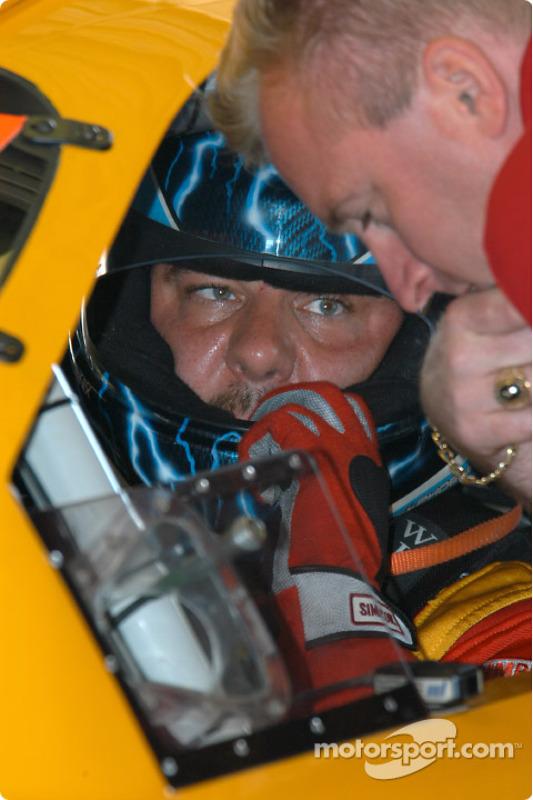 Johnny Miller parle avec les mécaniciens