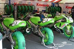 Le garage du Hawk Kawasaki Team