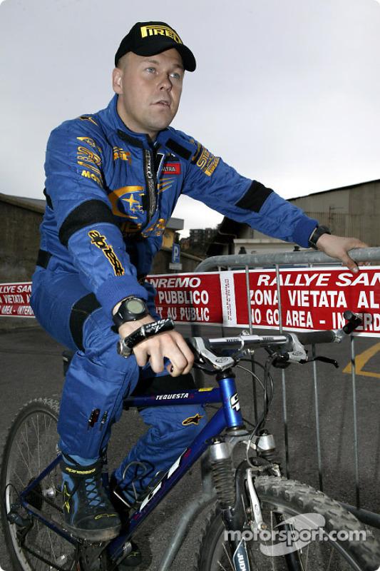 托米·马基宁骑单车