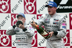 Podio: champagne para Kimi Raikkonen y David Coulthard