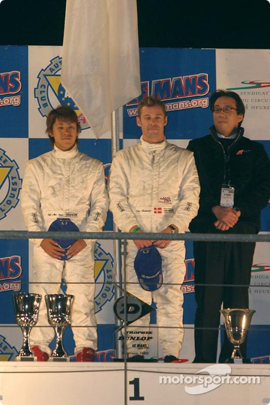 Podium P900 : Seiji Ara et Tom Kristensen, vainqueurs, avec le propriétaire de l'équipe Kazumichi Goh