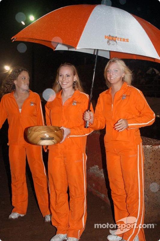 De jeunes femmes endurent une météo qui empire
