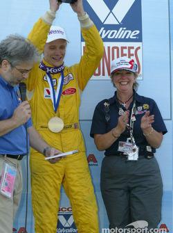 Sur le podium : Le vainqueur Rennie Clayton