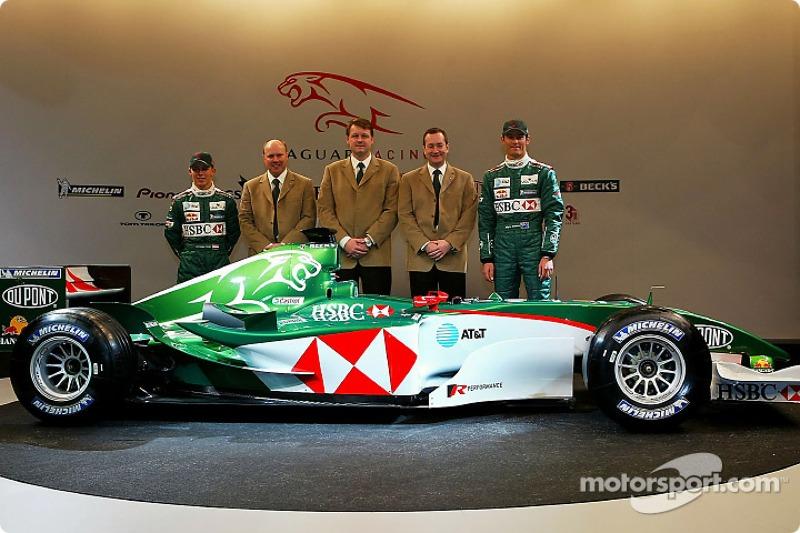 Christian Klien, Direktör, mühendising for Jaguar Racing, Ian Pocock, Direktörü, Jaguar Racing, David Pitchforth, CEO, Premier Performance Division Tony Purnell ve Mark Webber pose ve yeni Jaguar R5