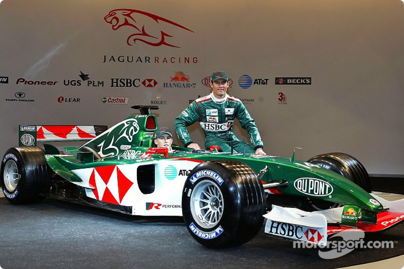 Christian Klien ve Mark Webber pose ve yeni Jaguar R5