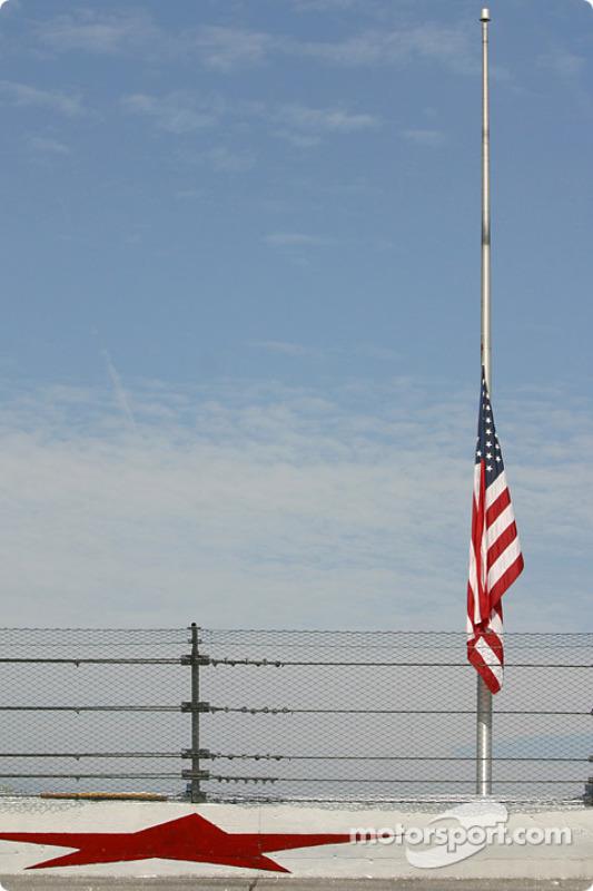 Les drapeaux sont mis en berne en honneur du membre d'équipe Roy W. Weaver, fatalement blessé dimanche, lors de la course de la série DASH
