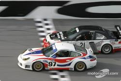 La Porsche GT3 RS n°97 du Graham Nash Motorsport (Robert Orcutt, Ken Dobson, Kurt Teal, Paul Jenkins) et la BMW M3 n°21 du Prototype Technology Group (Bill Auberlen, Boris Said, Justin Marks, Joey Hand, Niclas Jonsson)