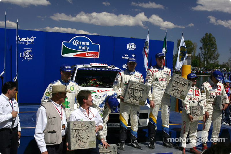 Podium: winners Markko Martin and Michael Park, with François Duval and Stéphane Prévot, Carlos Sainz and Marc Marti