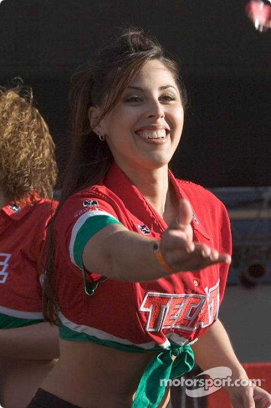 Des jeunes femmes aux couleurs de Tecate lancent des décapsuleurs dans la foule