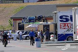 Suzuki crew unloading