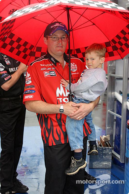 Doug Kalitta et son jeune fils