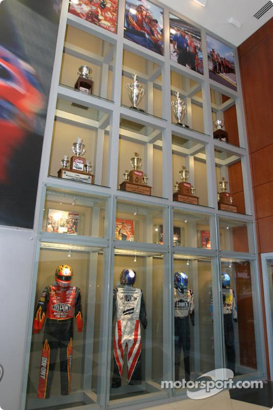 Visite de Hendrick Motorsports : combinaisons de pilotes, trophées et d'autres souvenirs dans les bâtiments des équipes n°24 et n°48