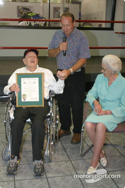 Cérémonie de remise de prix Papa Joe Hendrick : un Ken Schrader plein d'émotion avec Papa Joe et Mary T. Hendrick